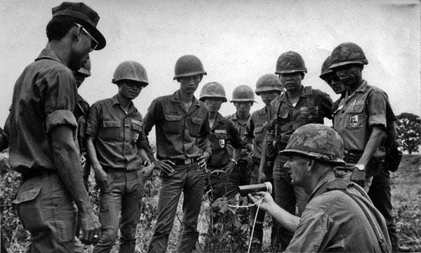 WO2 Bryan Lichtwark instructs South Vietnamese officers at the National Training Centre at Chi Lang, circa 1971